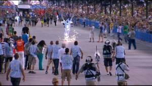 Poquedartela abre desfile com pousos de quatroparaquedistas (Foto: Reprodução/TV Globo)