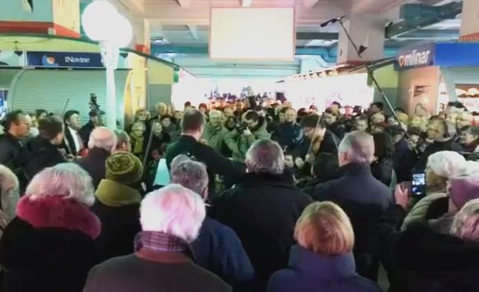 ZAGREBAČKI SOLISTI oduševili građane nastupom na tržnici Dolac [VIDEO]