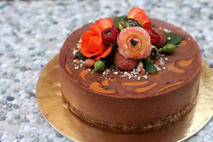 BEZ PEČENJA: Kakao torta s maslacem od kikirikija