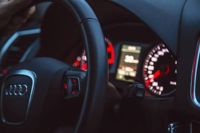 """POLICIJA OTKRILA PREVARANTE: Uvozili BMW-e i Audije, """"skidali"""" im kilometražu pa ih prodavali"""