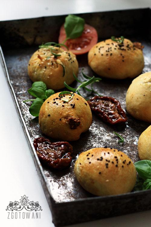 buleczki-drozdzowe-faszerowane-kozim-serem-,-oliwkami-i-suszonymi-pomidorami-2