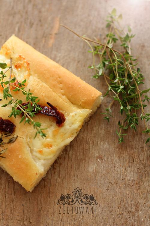 focaccia-z-mozzarella-i-suszonymi-pomidorami-1