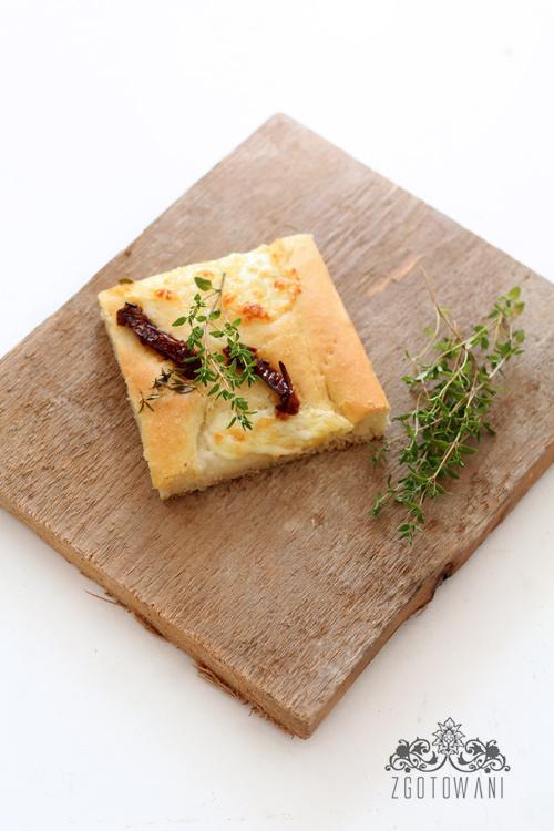 focaccia-z-mozzarella-i-suszonymi-pomidorami-12