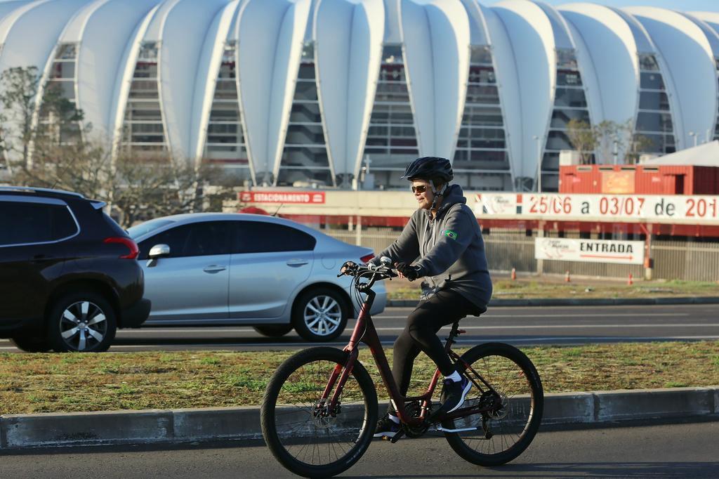 Dilma Rousseff anda de bicicleta pela orla do Guaíba, em Porto Alegre Omar Freitas/Agencia RBS