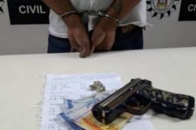 Jovem é preso ao traficar drogas e ameaçar usuários com arma falsa em Porto Alegre Divulgação/Polícia Civil