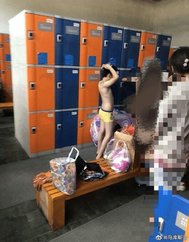 媽媽帶十幾歲兒子進女更衣室,網友炸鍋了!