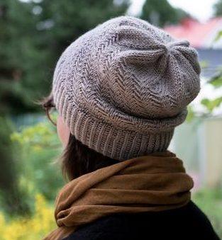 Великовепная шапочка выполненая узором с протяжками (Вязание спицами)