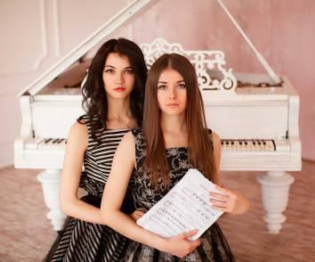Фортепианный Дуэт София Сахнова И Антонина Лузько В Платьях L-Alix Collections (3)