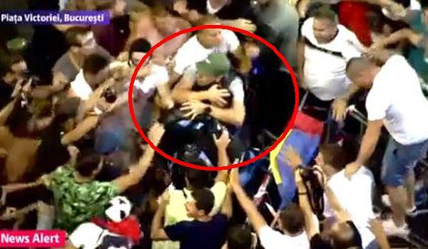 Jandarmerița, salvată de protestatari de furia mulțimii