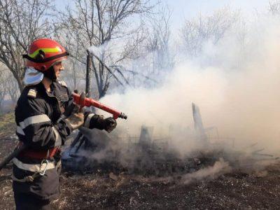 Incendiile de vegetaţie uscată continuă să se propage pe terenurile din judeţul Hunedoara