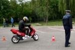 Conducea un moped neînmatriculat şi fără permis de conducere