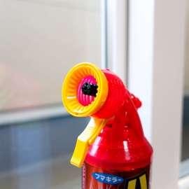 自宅にあった蜂の巣を駆除。殺虫剤はバズーカータイプを使用。