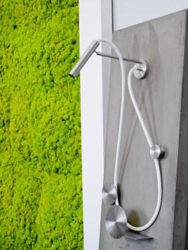 zielone ściany z mchu w łazience