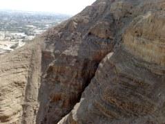 Widok z góry kuszenia na pobliskie groty skalne.