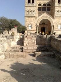A przed nią piękne pozostałości klasztoru benedyktyńskiego, wcześniej zniszczonego, zakopanego zwałami ziemi i w końcu odkrytego dzięki badaniom archeologicznym Franciszkanów.