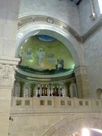 Wewnątrz kościoła dostrzega się od razu scenę Przemienienia Pańskiego w obecności 3 wybranych Apostołów: Piotra, Jakuba i Jana, oraz pojawiających się przedstawicieli ST: Mojżesza Prawodawcy i Eliasza Proroka.