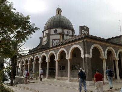 Powyżej miejsca wspominanego przez Egerię (ona pisze o grocie wygłoszenia błogosławieństw) wybudowana została kaplica upamiętniająca błogosławieństwa Jezusa wygłoszone na górze (Mt 5,1-12) lub na równinie (Łk 6,17-26).