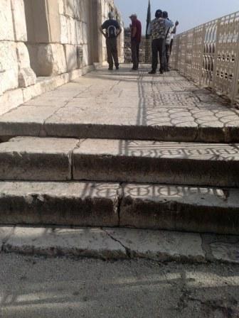 Wejście do synagogi z białego kamienia. Już sam transport musiał wiele kosztować mieszkańców miasta...