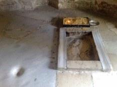 Wewnątrz kopułki znajduje się czczona skała ze śladem stopy. Tradycja przypisuje ją obecności Jezusa
