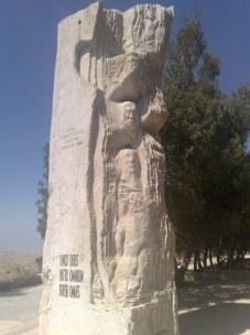 Ku czci pamiętnej wizyty Ojca św. Jana Pawła II ustawiono ten piękny pomnik.