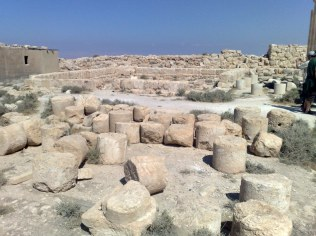 Triportikon 2 sale (dla mężczyzn i kobiet osobno) połączone ze sobą korytarzem świetnie mogłyby wytłumaczyć scenę tańca córki Herodiady przed gośćmi Heroda Antypasa i późniejsze jej wyjście do matki (Mk 6,17-29).