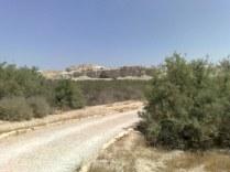 Odchodząc troszeczkę można dostrzec groty skalne zamieszkiwane przez pustelników i eremitów.