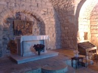 Synagoga wprawdzie nie wywodzi się z okresu życia Jezusa, ale z czasów późniejszych, ale pomaga zrozumieć tekst Pisma św. o nauczaniu Jezusa w rodzinnym Nazarecie (Łk 4,16-30).