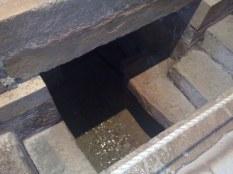 Źródło wodne, prawdopodobnie związane z jakąś tradycją religijną, znajdujęce się w dolnej kaplicy