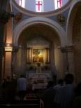 Wnętrze z ołtarzem głównym wskazuje na scenę, jaka się tutaj rozegrała: J 2,1-11. Przy konsekracji ołtarza był obecny ks. Angelo Roncalli, późniejszy papież Jan XXIII.