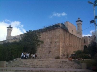 Hebron znajduje się w dolinie otoczonej zielonymi wzgórzami. Pierwotna jego nazwa to Kiriat Arba (Joz 14,15). W pobliżu tego miasta Abraham rozbił swe namioty przybywszy z Betel. Gdy zmarła Sara, kupił tu pieczarę Makpela, w której ją pochował (Rdz 23).