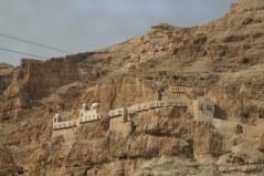 Góra Kuszenia znajduje się w niedalekiej odległości od Miejsca Chrztu Pańskiego, ze względu na opis Ewangelii, który ukazuje Chrzest i kuszenie w życiu Jezusa jako występuj ące bezpośrednio po sobie.