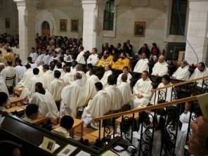 Oto celebracja Mszy św. wigilijnej Bożego Narodzenia w Betlejem...