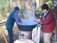 大鍋で味噌汁
