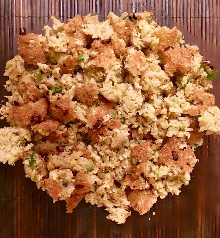 Rezepte: Salate: Knuspriger Reissalat aus Laos Nem Khao - Reisbällchen, auseinander gebrochen