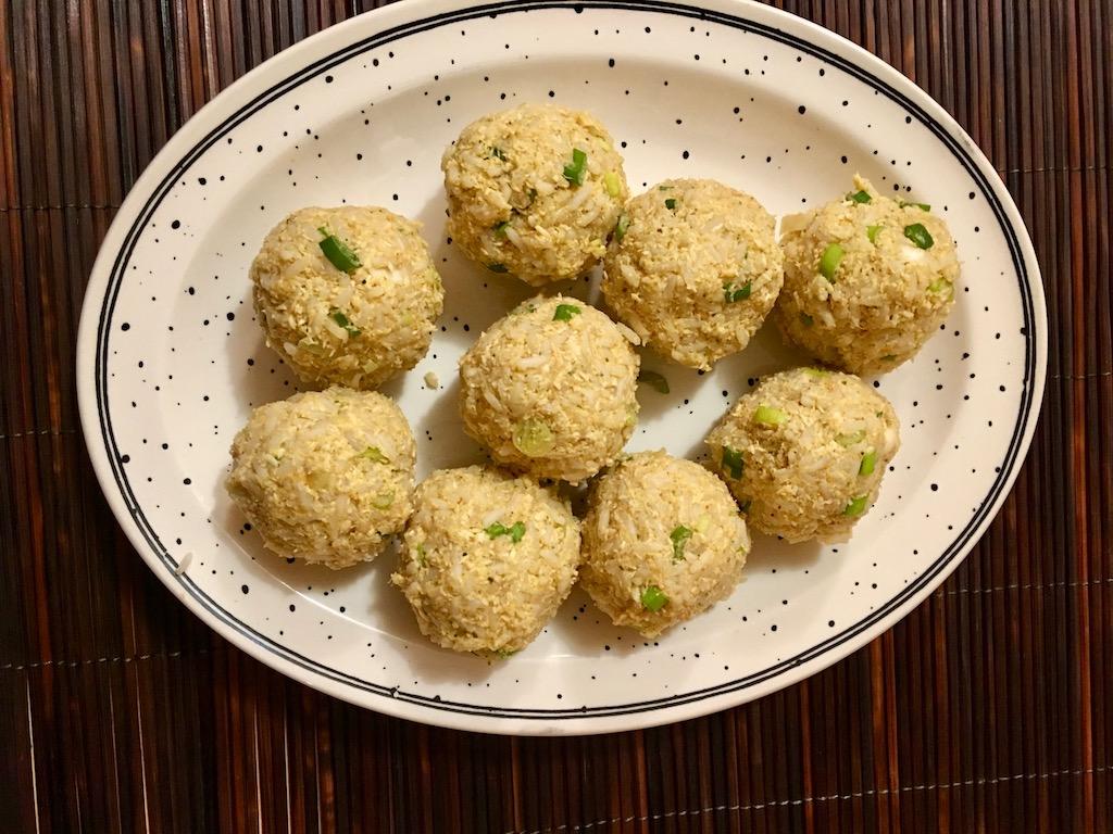 Rezepte: Salate: Knuspriger Reissalat aus Laos Nem Khao - Reisbällchen