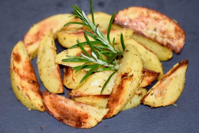 Rezepte: Kleinigkeiten: Kartoffelspalten mit Rosmarin