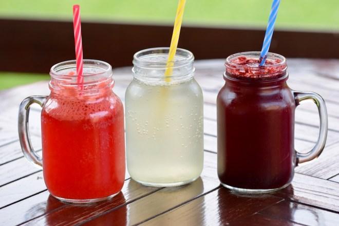 Rezepte: Smoothies & Getränke: 3 verschiedene Limonaden im Glas mit Strohhalm