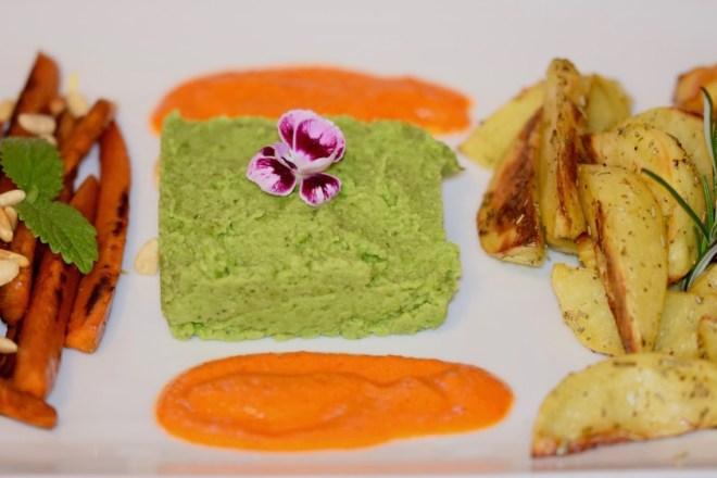 Rezepte: Hauptgerichte: Karamellisierte Karotten mit Erbsen-Minz-Püree, Paprikasauce und Wedges
