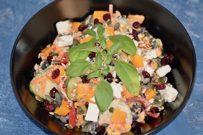 kerniger Salat mit Kürbis und Tahini-Erdnuss-Dressing - Kürbis - Salat - gebacken - Gemüse - Kerne - Feta - Cranberries - Rezept - Tahini-Erdnuss-Dressing