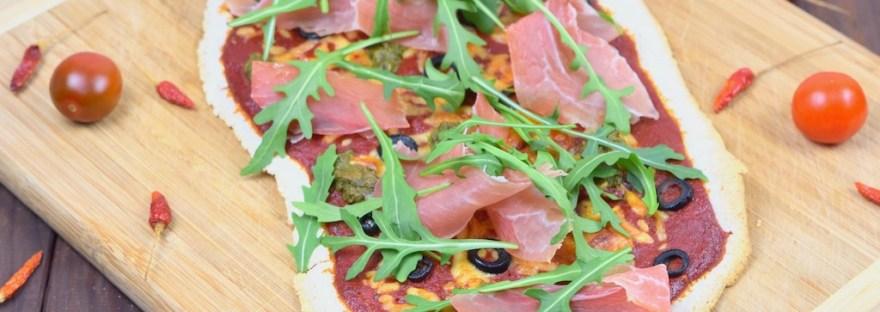 Rucola-Pizza mit Pesto und Schinken - Rucola-Pizza - Pesto-Pizza - Pizza - Rucola-Pesto - Serrano-Schinken - Rezept - glutenfrei - milchfrei - Schinken - italienisch - Blech - Rucola - vegane Variante