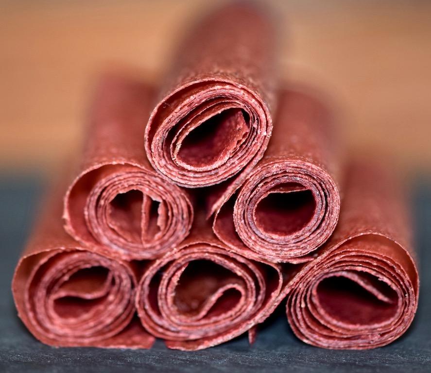 Erdbeer-Fruchtleder mit süßem Basilikumpesto - Erdbeer-Fruchtleder - Fruchtleder - Fruchtgummi - Basilikumpesto - süßes Pesto - Basilikum - Erdbeeren - Rezept - vegan - rohvegan - Clean Eating - herstellen - dörren - Obst - Backofen - Dörrautomat - selber machen - einfach - Süßigkeit - gesund naschen