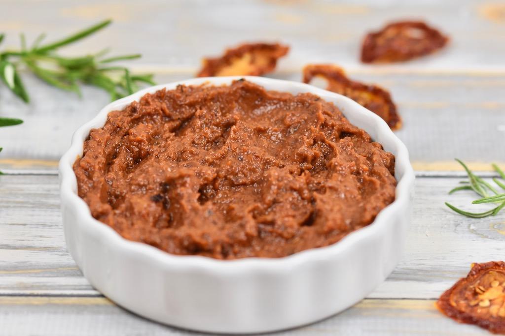 Oliven-Tomaten-Dip - Dip - Oliven-Tomaten-Creme - Rezept - vegan - glutenfrei - getrocknete Tomaten - Oliven - Brotaufstrich - schnell - einfach - grillen - Aufstrich - Low Carb - Clean Eating - mediterran - gesund