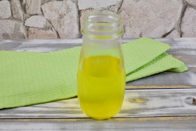 Gemüsefond in einem Glas. Hintergrund hell.