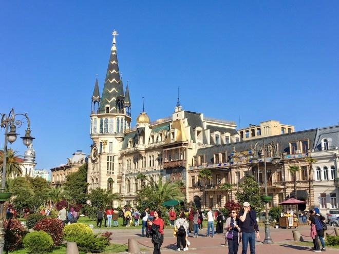 Platz mit Häusern und Park in Batumi - Georgien