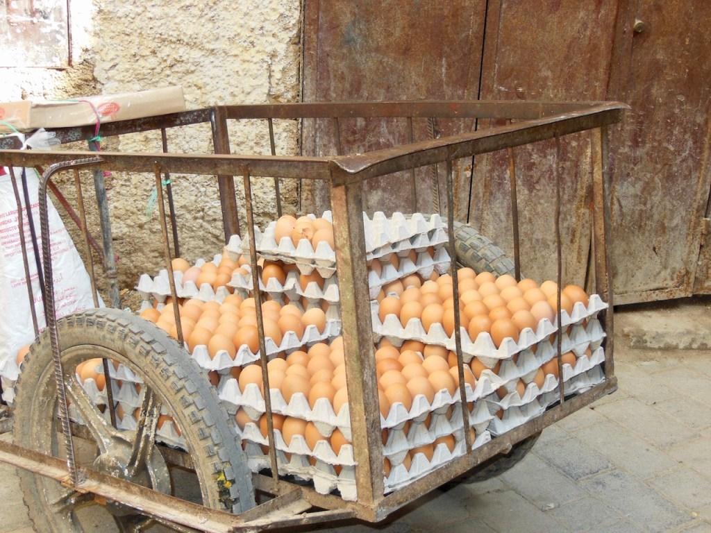 Foto für die 25 leckersten Gerichte: braune Eier in Paletten gestapelt in einem alten Metallwagen - Marokko