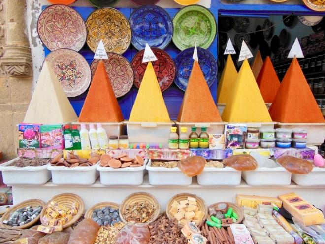 Foto für die 25 leckersten Gerichte: Bunte Gewürzpyramiden in Marokko
