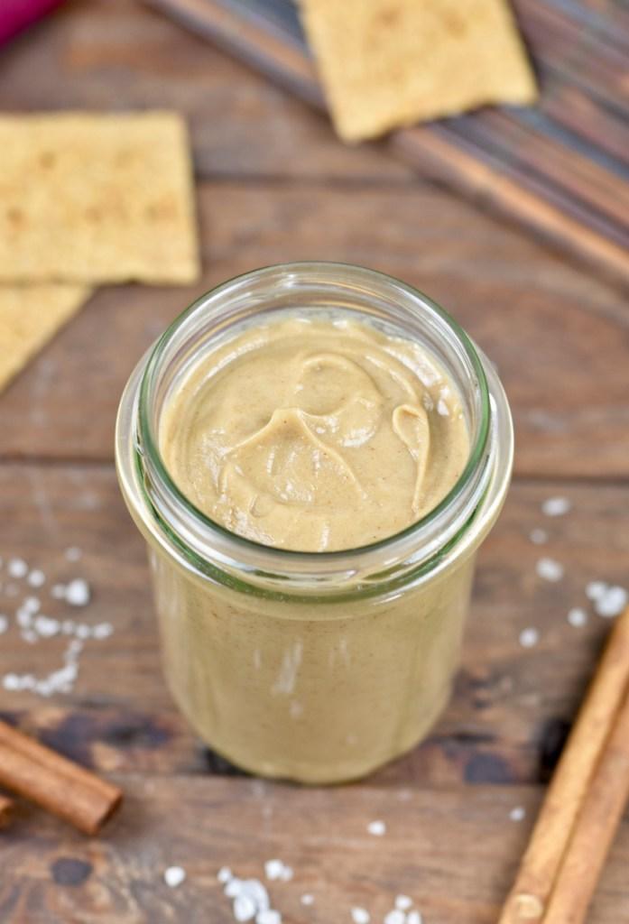 Salted Caramel Aufstrich in einem Glas. Hintergrund dunkel.