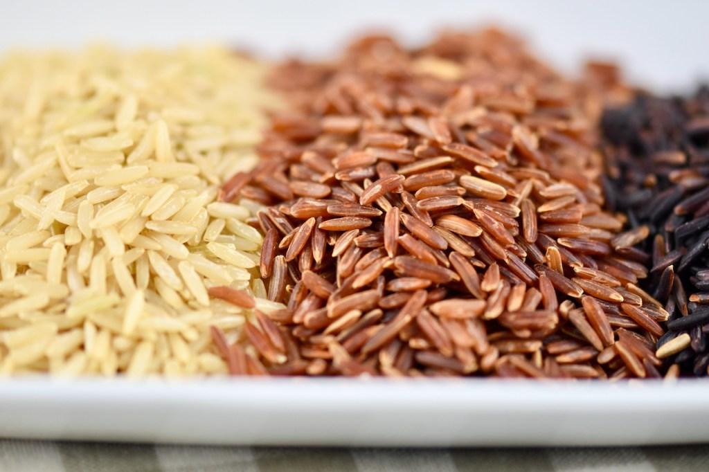 ungekochter Reis in weiß, rot und schwarz. Nahaufnahme.