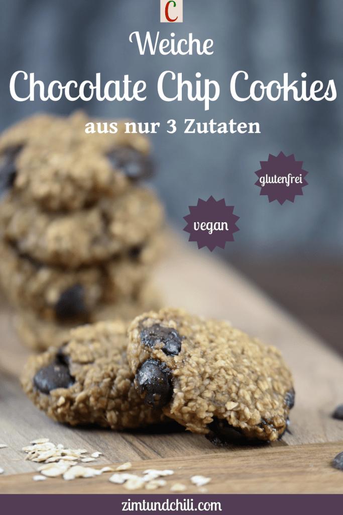 Weiche Chocolate Chip Cookies auf Holzbrett. Hintergrund dunkel. Beschrifteter Pin.