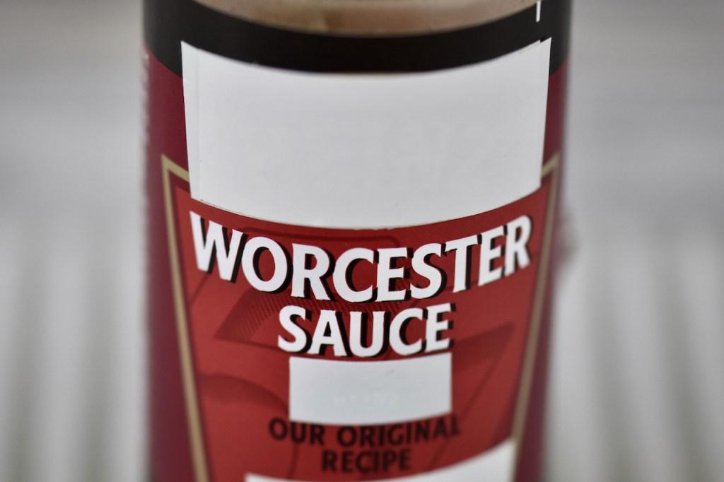 Worcester Sauce in einem Fläschchen.